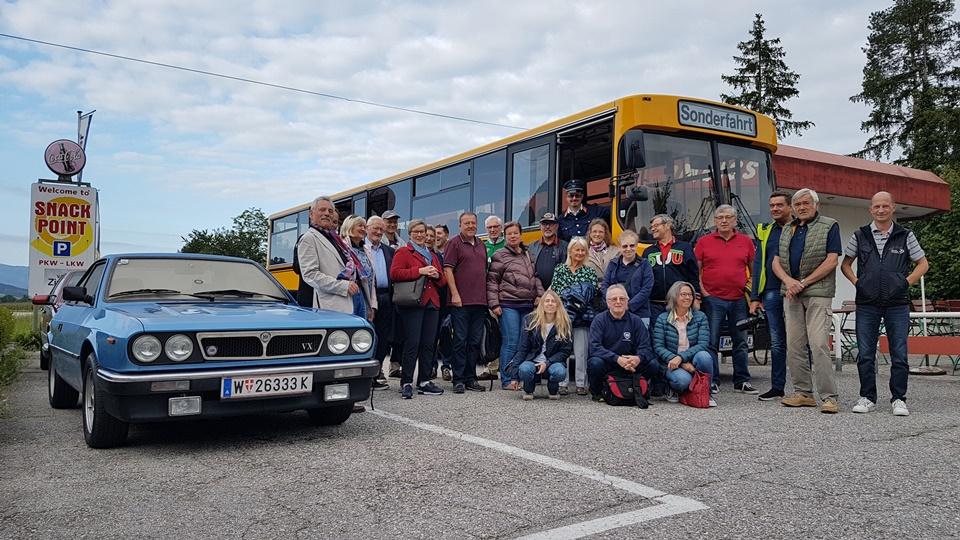 Gruppenfoto vor altem Postbus